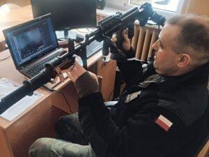 żołnierz prezentuje broń
