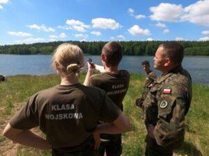 młodzież z klasy wojskowej podczas zajęć